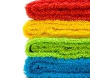 Kleurrijke handdoeken die op witte achtergrond worden geïsoleerde stock foto's