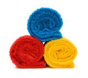Kleurrijke handdoeken die op witte achtergrond worden geïsoleerds stock afbeeldingen