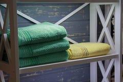 Kleurrijke handdoeken in een plank stock afbeelding