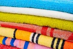 Kleurrijke handdoeken op wit Stock Fotografie