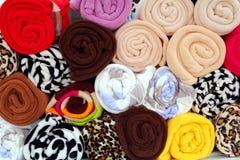 Kleurrijke handdoekwinkel die in gerolde rijen wordt gestapeld Stock Afbeelding