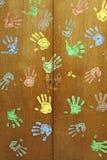 Kleurrijke handen op garderobe stock fotografie