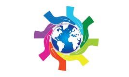 Kleurrijke Handen rond van Wereld en van de Wereldhulp Concept royalty-vrije stock foto's