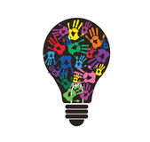 Kleurrijke handprint in lightbulbvorm, symbool van het denken concept Royalty-vrije Stock Foto's
