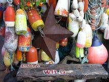 Kleurrijke hangende boeien en roestige metaalster Royalty-vrije Stock Afbeeldingen