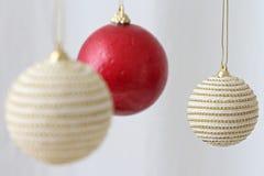 Kleurrijke hangende Kerstmisballen Stock Foto
