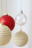 Kleurrijke hangende Kerstmisballen Royalty-vrije Stock Foto's