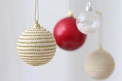 Kleurrijke hangende Kerstmisballen Stock Afbeelding