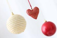 Kleurrijke hangende Kerstmisballen Stock Foto's
