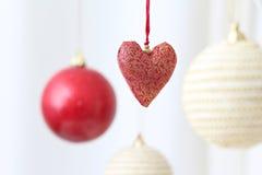 Kleurrijke hangende Kerstmisballen Stock Fotografie