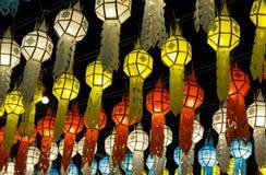 Kleurrijke hangende lantaarns die op nachthemel aansteken royalty-vrije stock fotografie