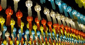 Kleurrijke hangende lantaarns die op nachthemel aansteken royalty-vrije stock afbeelding