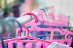 Kleurrijke hangers stock foto