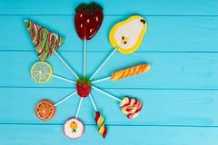 Kleurrijke heldere verschillende lollys als vruchten en Kerstboom stock fotografie