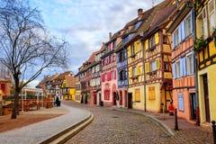 Kleurrijke helft-betimmerde huizen in middeleeuwse stad Colmar, de Elzas, F stock fotografie