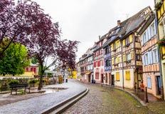 Kleurrijke helft-betimmerde huizen in Tenger Venetië, Colmar, Frankrijk stock foto's
