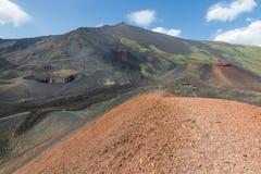 Kleurrijke hellingen van Onderstel Etna bij Italiaans Eiland Sicilië stock foto's