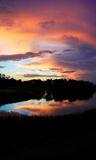 Kleurrijke hemel bij schemer die in meer nadenken Royalty-vrije Stock Foto's
