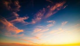 Kleurrijke hemel bij zonsondergang stock afbeeldingen