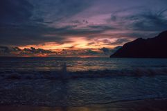 Kleurrijke hemel door schemer in Lampuuk, Indonesië stock afbeeldingen