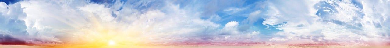Kleurrijke hemel en wolken stock foto's