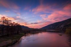 Kleurrijke hemel en wolken over Pancharevo, Bulgarije royalty-vrije stock afbeelding