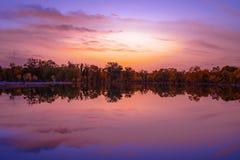 Kleurrijke hemel, meer onder zonsondergang royalty-vrije stock foto's