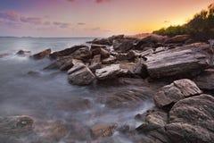 Kleurrijke hemel op kust royalty-vrije stock foto