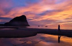Kleurrijke hemel op zonsopgang bij het strand Stock Afbeeldingen