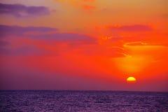 Kleurrijke hemel over het overzees bij zonsondergang Stock Foto