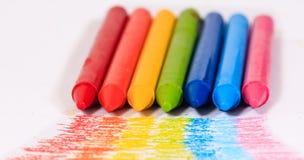 Kleurrijke het kleurpotloodkleur van de regenboog voor kinderen vector illustratie