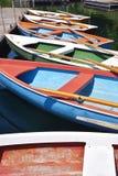 Kleurrijke het roeien boten Royalty-vrije Stock Foto's