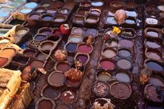 Kleurrijke het Sterven van de Looierij Vaten en arbeiders Stock Foto