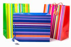 Kleurrijke het winkelen zakken op de witte achtergrond Stock Foto