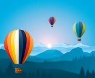 Kleurrijke hete lucht die baloons over bergen vliegen Stock Afbeeldingen