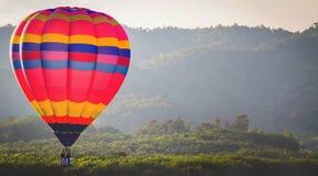 Kleurrijke hete luchtballon met blauwe hemel Stock Afbeelding