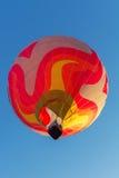 Kleurrijke hete luchtballon vroeg in de ochtend Stock Foto