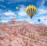 Kleurrijke hete luchtballons die over Cappadocia, Turkije vliegen Stock Afbeeldingen