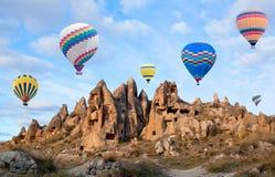 Kleurrijke hete luchtballons die over Cappadocia, Turkije vliegen Stock Foto