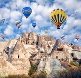 Kleurrijke hete luchtballons die over Cappadocia, Turkije vliegen Royalty-vrije Stock Foto