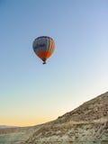 Kleurrijke hete luchtballons die over Cappadocia vliegen Royalty-vrije Stock Fotografie