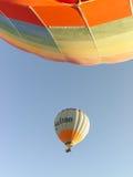 Kleurrijke hete luchtballons die over Cappadocia vliegen Royalty-vrije Stock Foto's