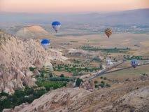 Kleurrijke hete luchtballons die over Cappadocia vliegen Stock Foto