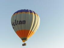 Kleurrijke hete luchtballons die over Cappadocia vliegen Stock Fotografie