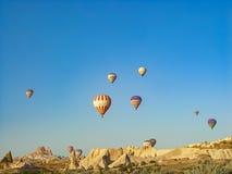 Kleurrijke hete luchtballons die over de Cappadocia-vallei vliegen Stock Fotografie