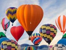 Kleurrijke hete luchtballons die in Singh Park in Chiang Rai vliegen stock afbeeldingen