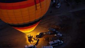Kleurrijke hete luchtballons die voor het vliegen over Rode vallei in Cappadocia voorbereidingen treffen Royalty-vrije Stock Fotografie