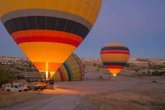 Kleurrijke hete luchtballons die vóór de vlucht opblazen Stock Foto's