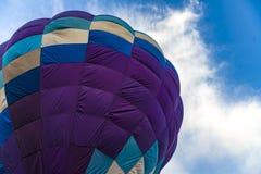 Kleurrijke hete luchtballons op witte achtergrond stock fotografie