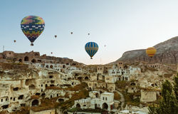 Kleurrijke hete luchtballons over Goreme Cappadocia Stock Foto's